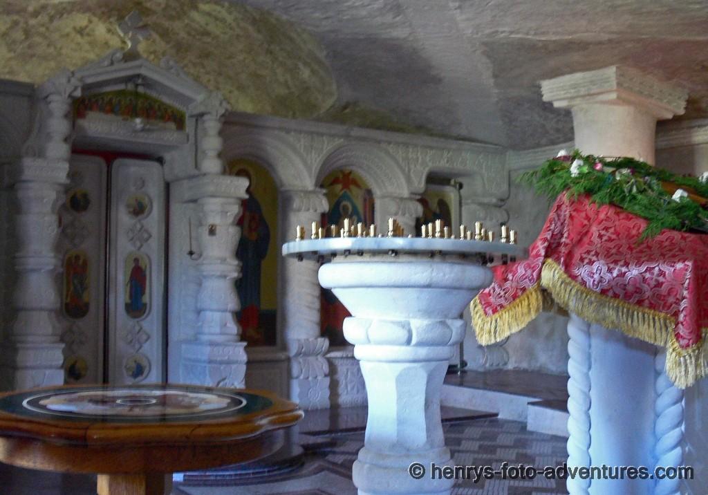 der Altarraum liegt hinter der Ikonastase
