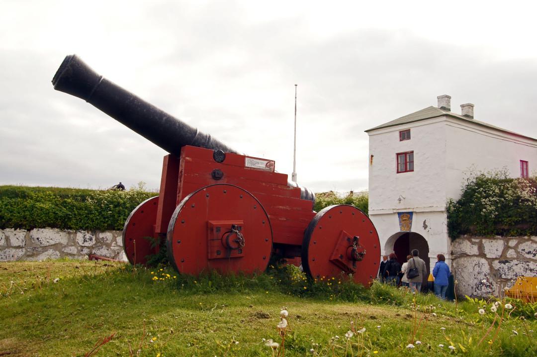 hier gibt es Kanonen und Uniformen aus verschiedenen Kriegsepochen