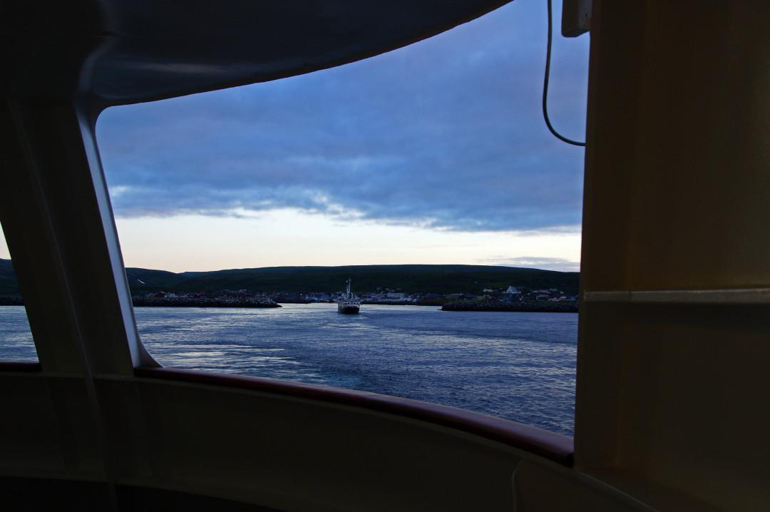 22:18 - Einfahrt in den Hafen von Batsfjord