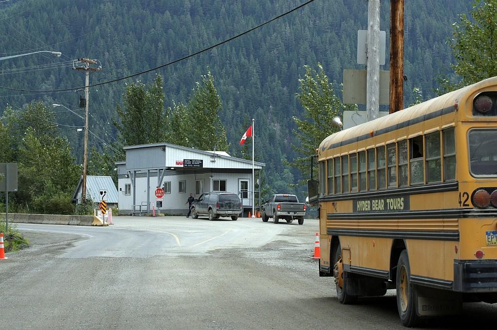 mit Flint's Uralt-Bus an der Grenze Kanada/USA