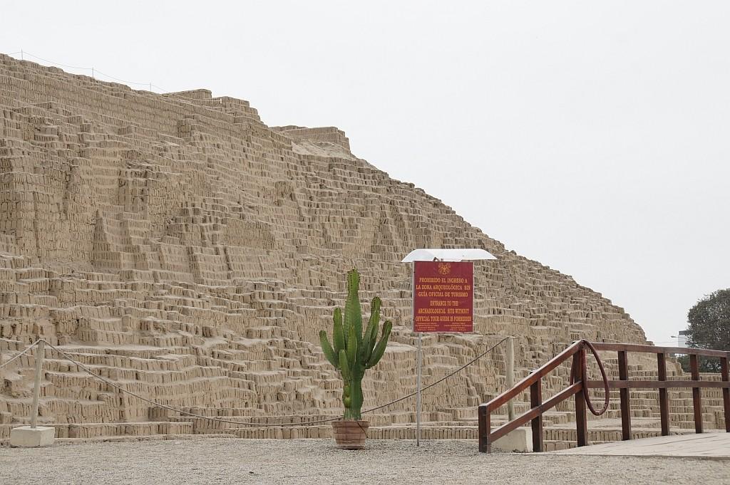 ein freigelegter Pyramide mitten in der Stadt