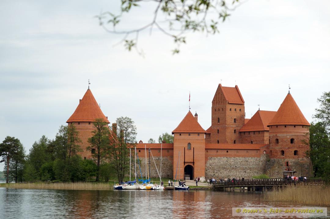 über einen langen Steg gelangt man zur Burg