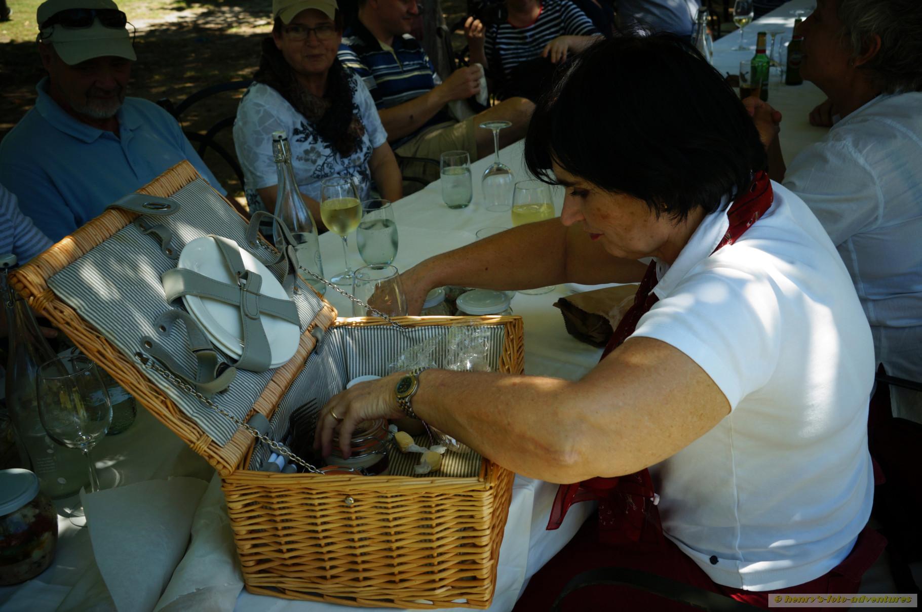 ein Picknickkorb mit leckeren Sachen