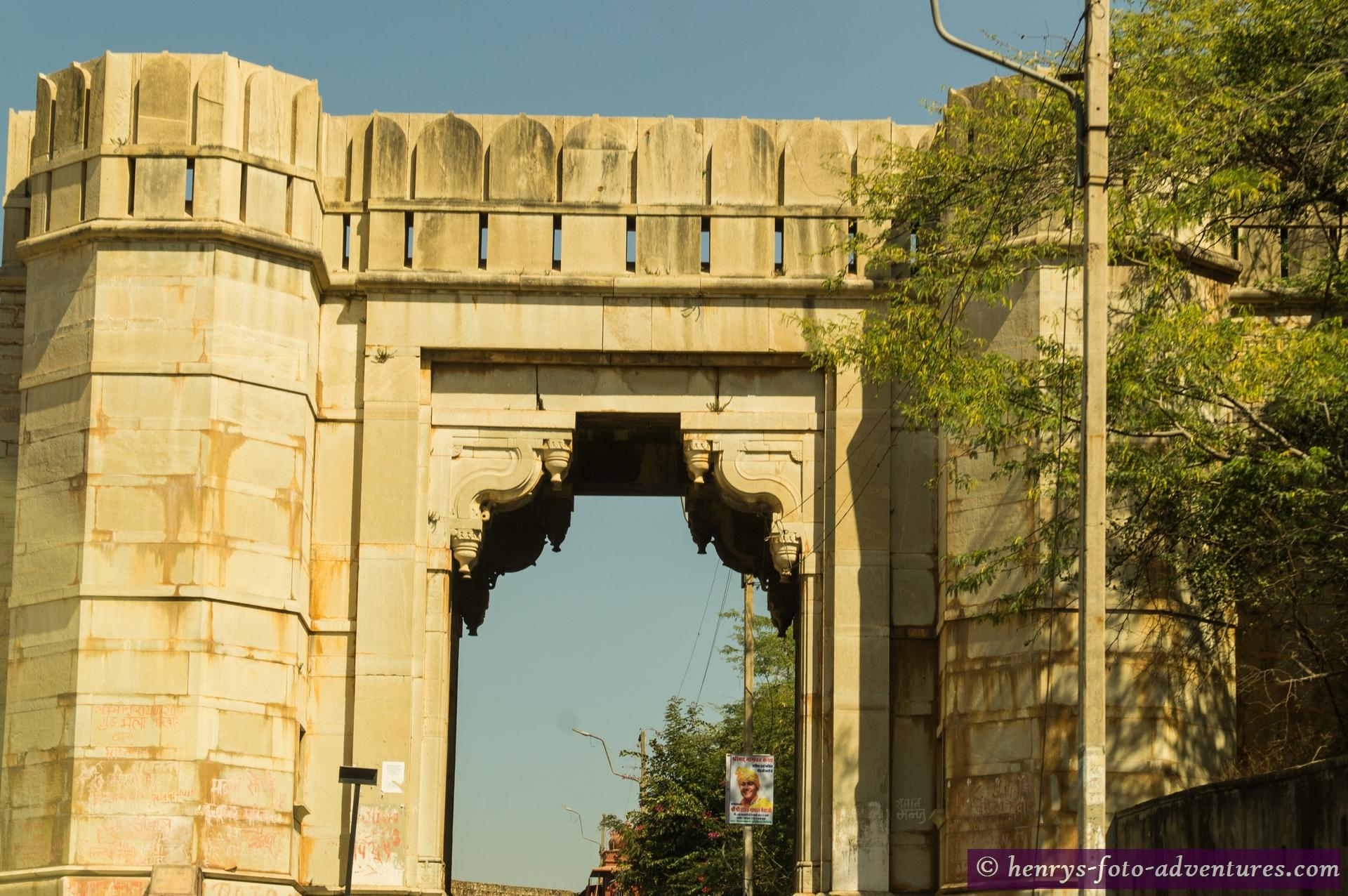 ein steiler Weg durch sieben Tore führt zum Haupttor dem RAM POL