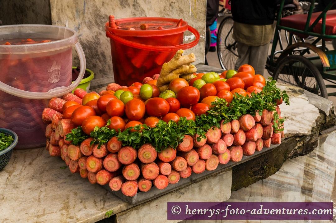 Obst und Gemüse wird hier kunstvoll gestapelt