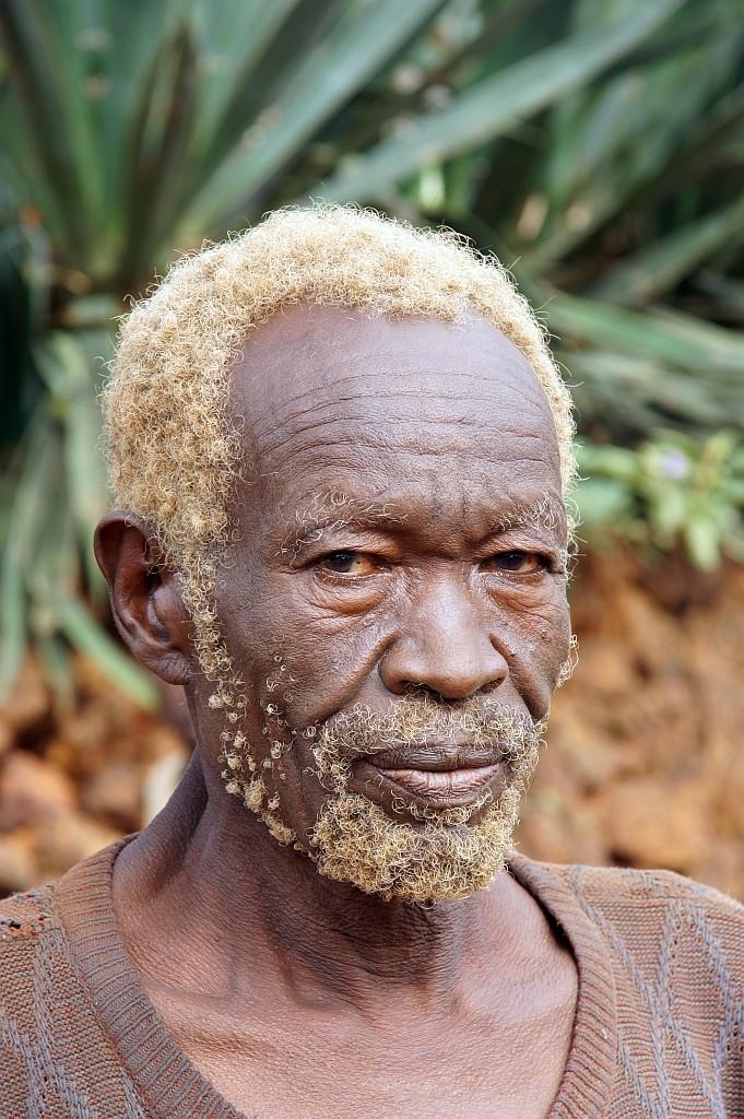 alter Mann mit hellen Haaren
