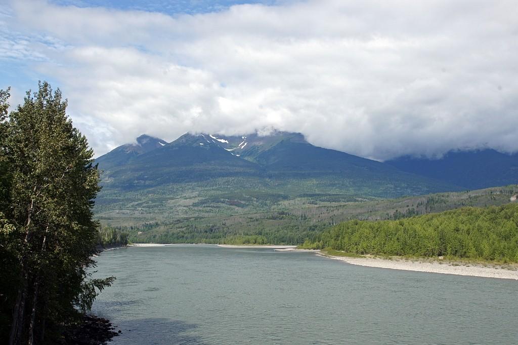 Berge, Wälder, Seen und Flüsse prägen die Landschaft
