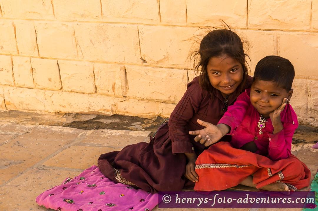 bettelnde Kinder am Straßenrand