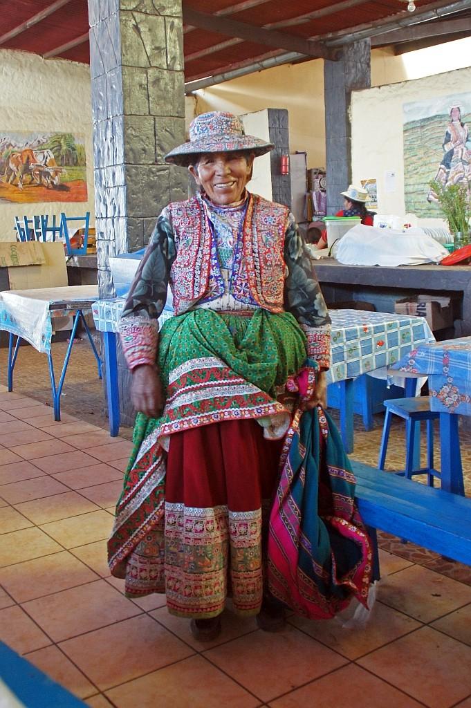 eine Stolze alte Dame, sie trägt 5-6 Röcke übereinander