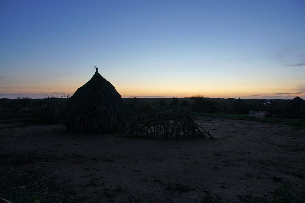 Sonnenuntergang hinter dem Dorf der Hamer