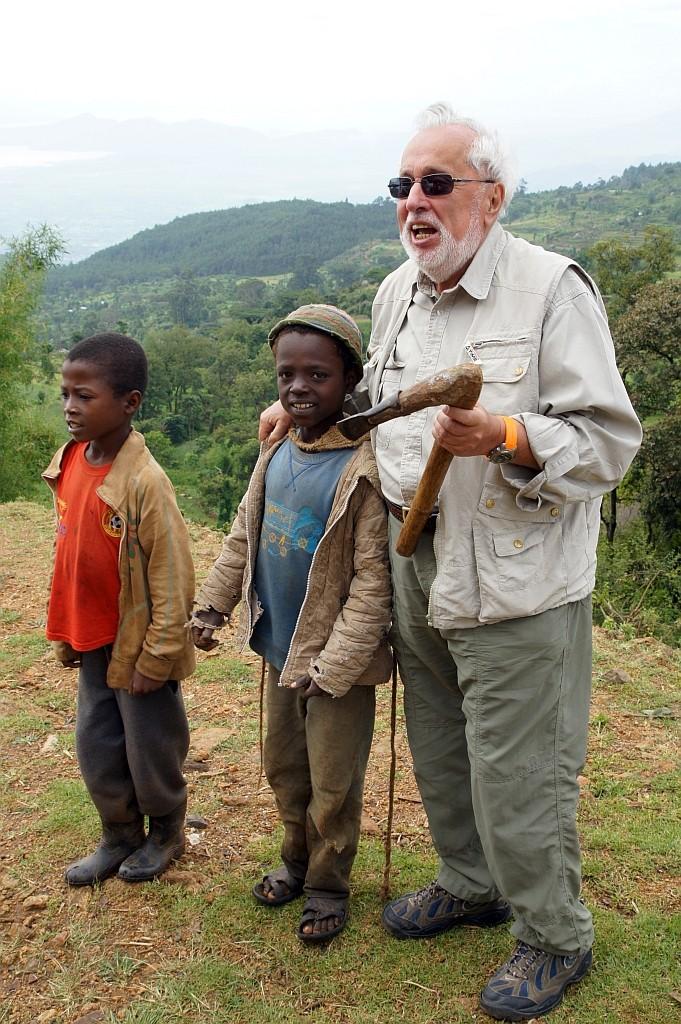 Fritz erklärt das wichtigste Werkzeug der Bauern - die Harke