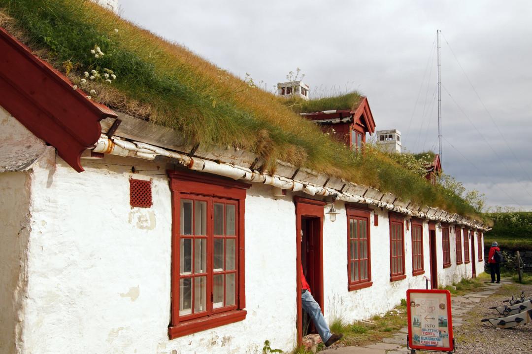 Grasdächer halten warm und das Haus ist aus der Luft nicht zu erkennen