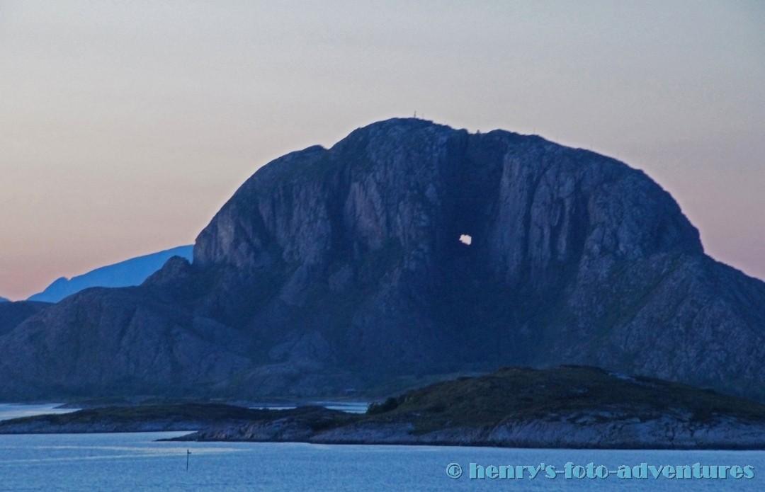 23:56 Uhr, der Berg mit dem Loch