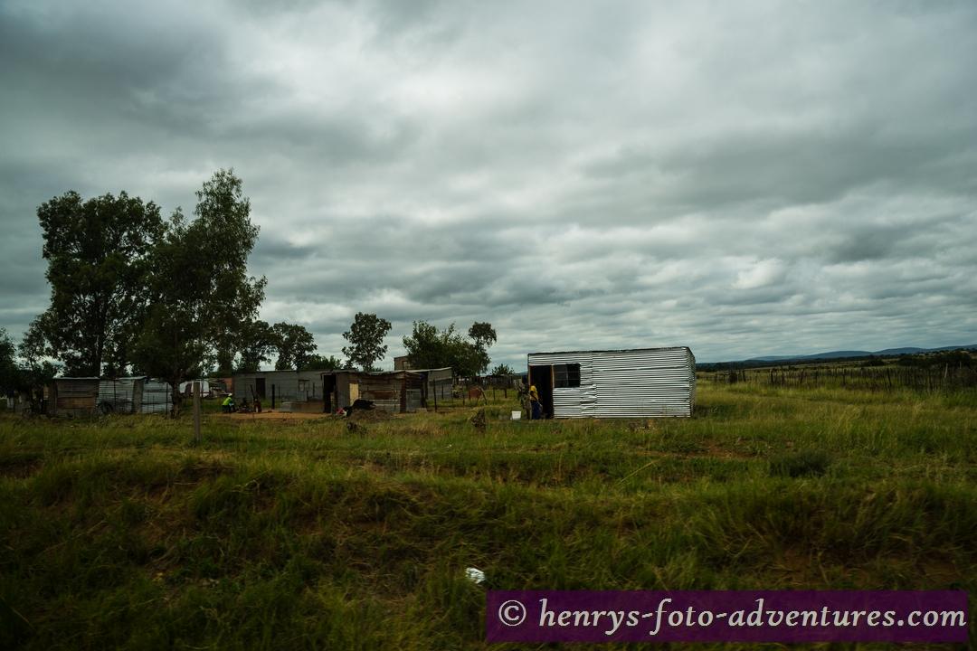 vorbei an armseligen Hütten