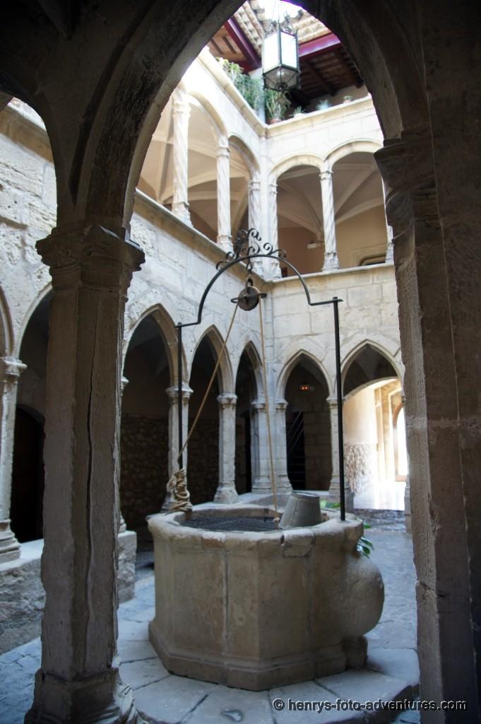 gotisches Haus mit Ziehbrunnen