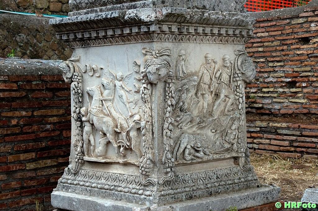 Säulensockel mit eindrucksvollen Reliefs