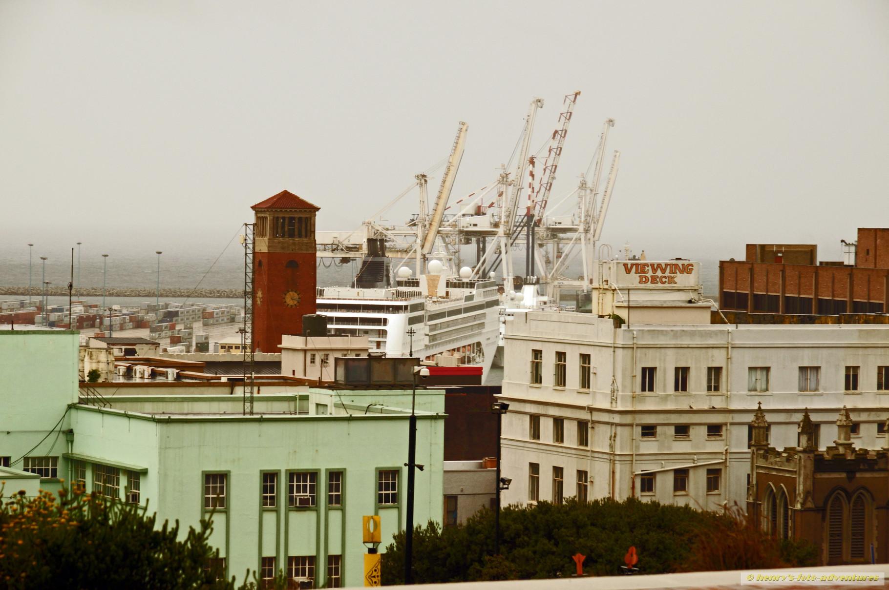 Blick auf den Hafen mit MSC Opera