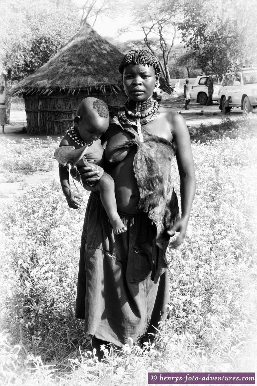 bei den TSEMAY's, Mutter mit Kleinkind