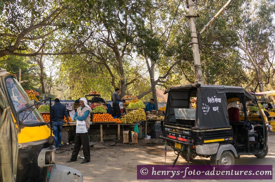 die Bauern haben ihre Marktstände neben der Strasse aufgebaut