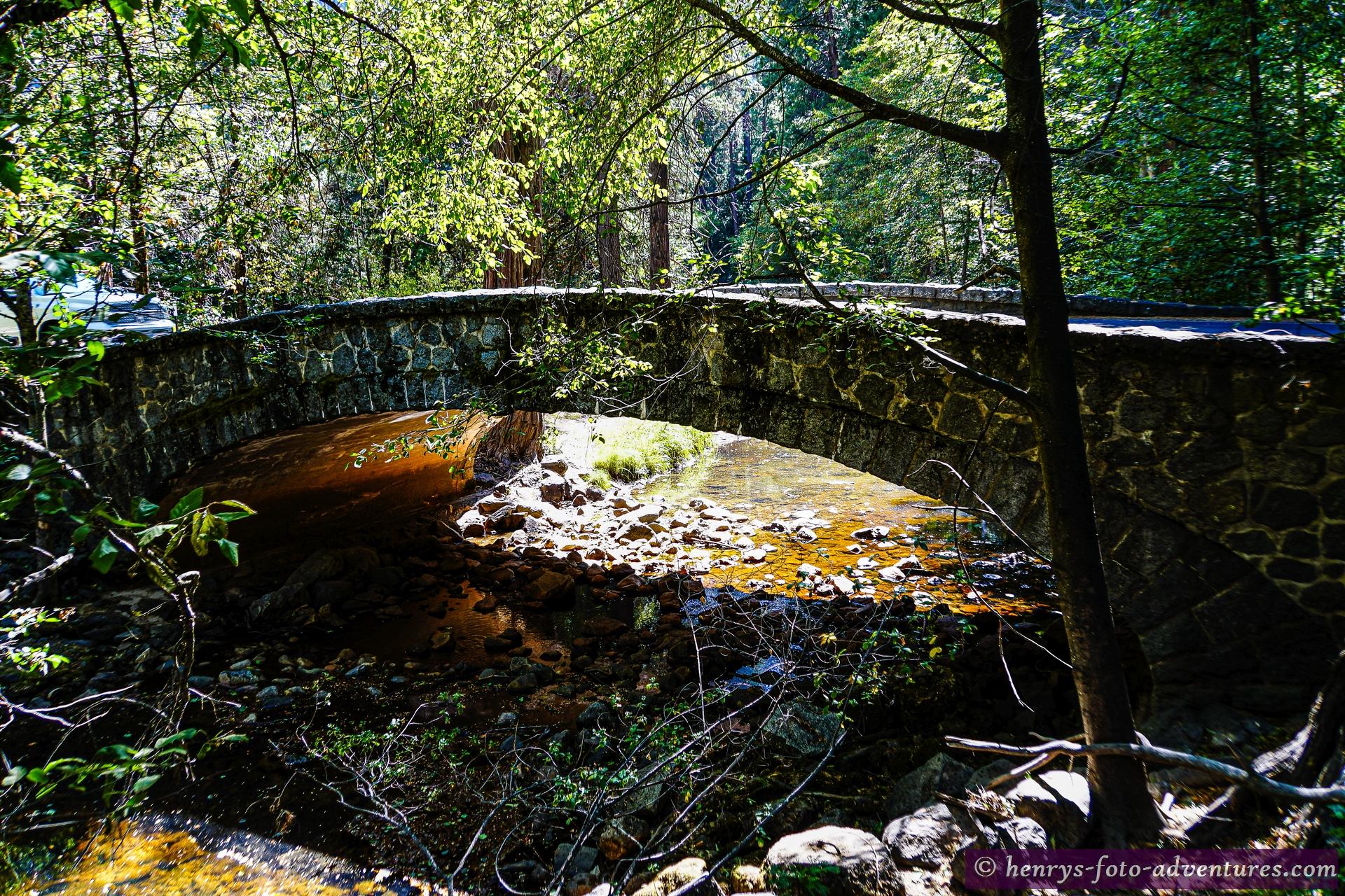 eine alte Steinbrücke
