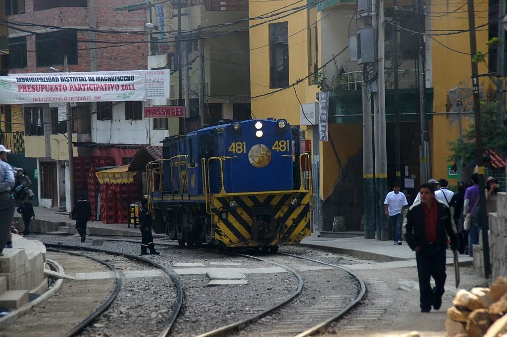 AGUAS CALIENTES (2.050m), die Eisenbahn fährt hier mitten durch die Stadt
