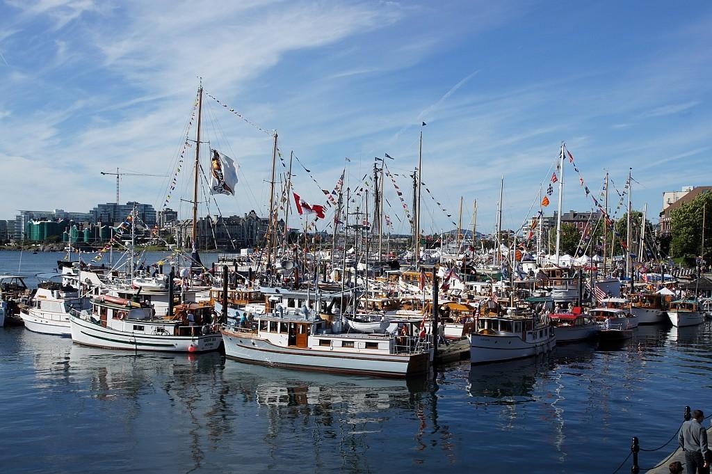 hier gibt es viele geschmückte Boote