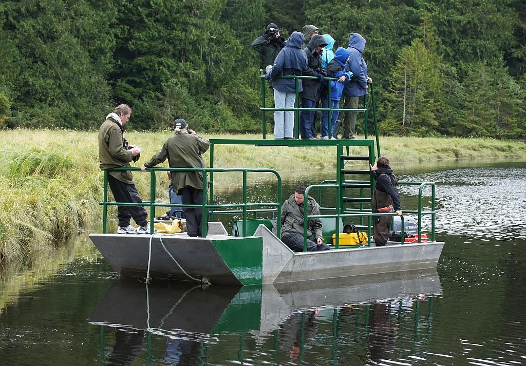 hier müssen wir in kleine Boote umsteigen
