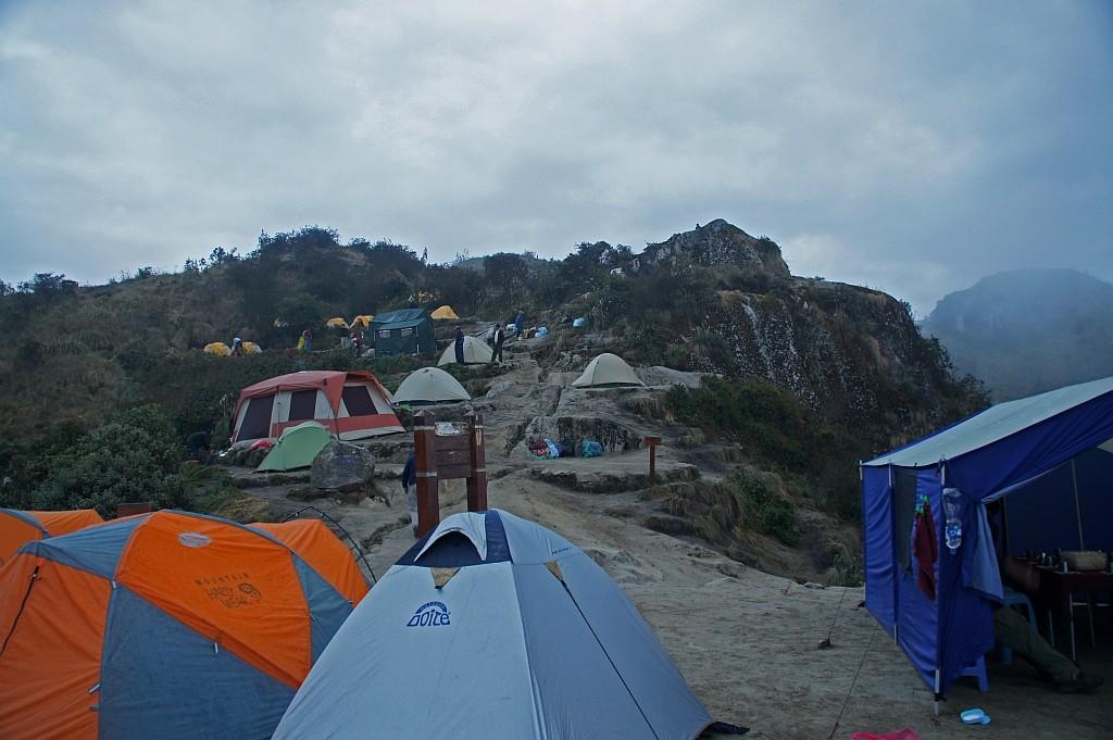 unsere Zelte stehen vorne, am Abgrund!
