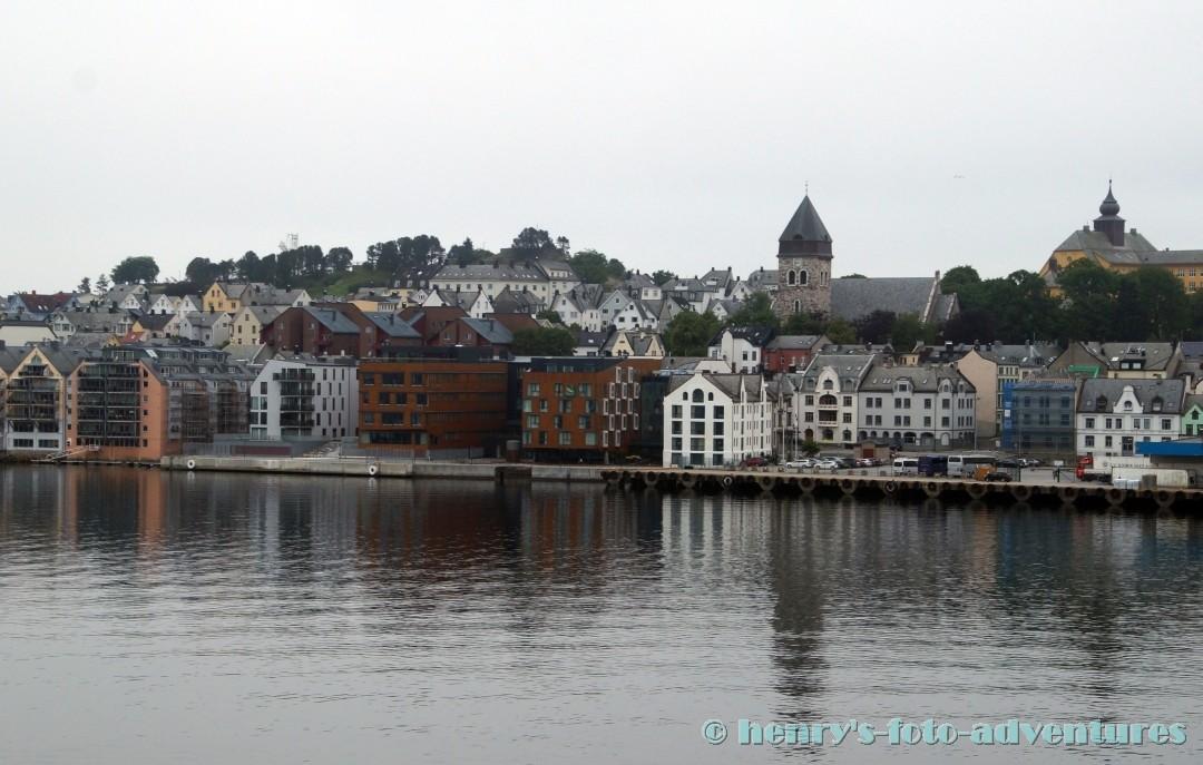 wir nähern uns den Hafen von Alesund