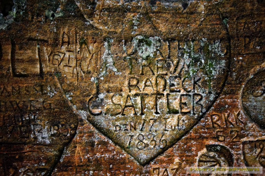 Steingravuren in der Gutmans Höhle