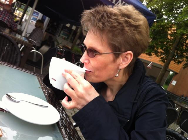 Delmenhorster Schriftstellerin Katy Buchholz sitzt in einem Cafè