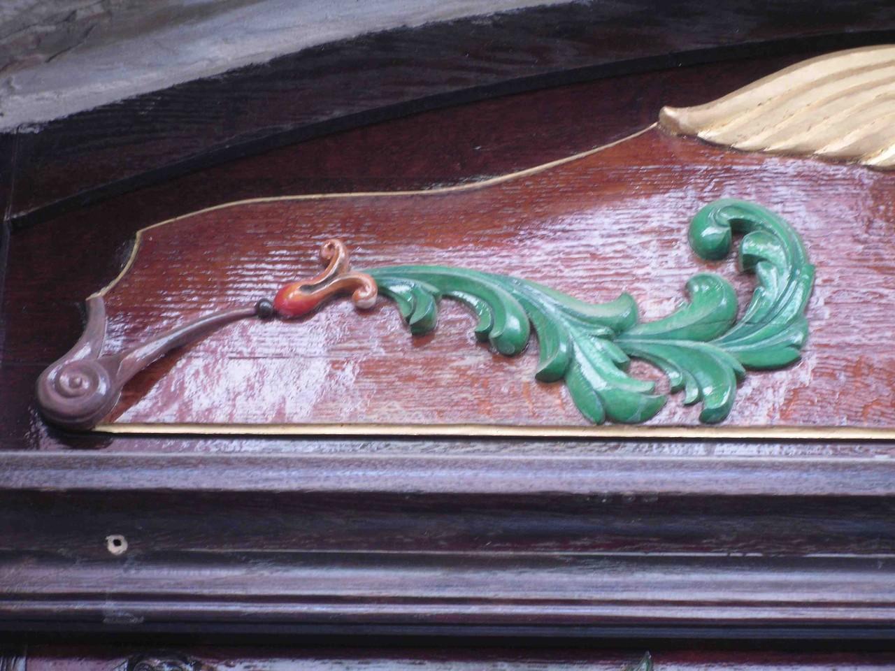 Feuille d' acanthe sur timpan de porte XVIII éme