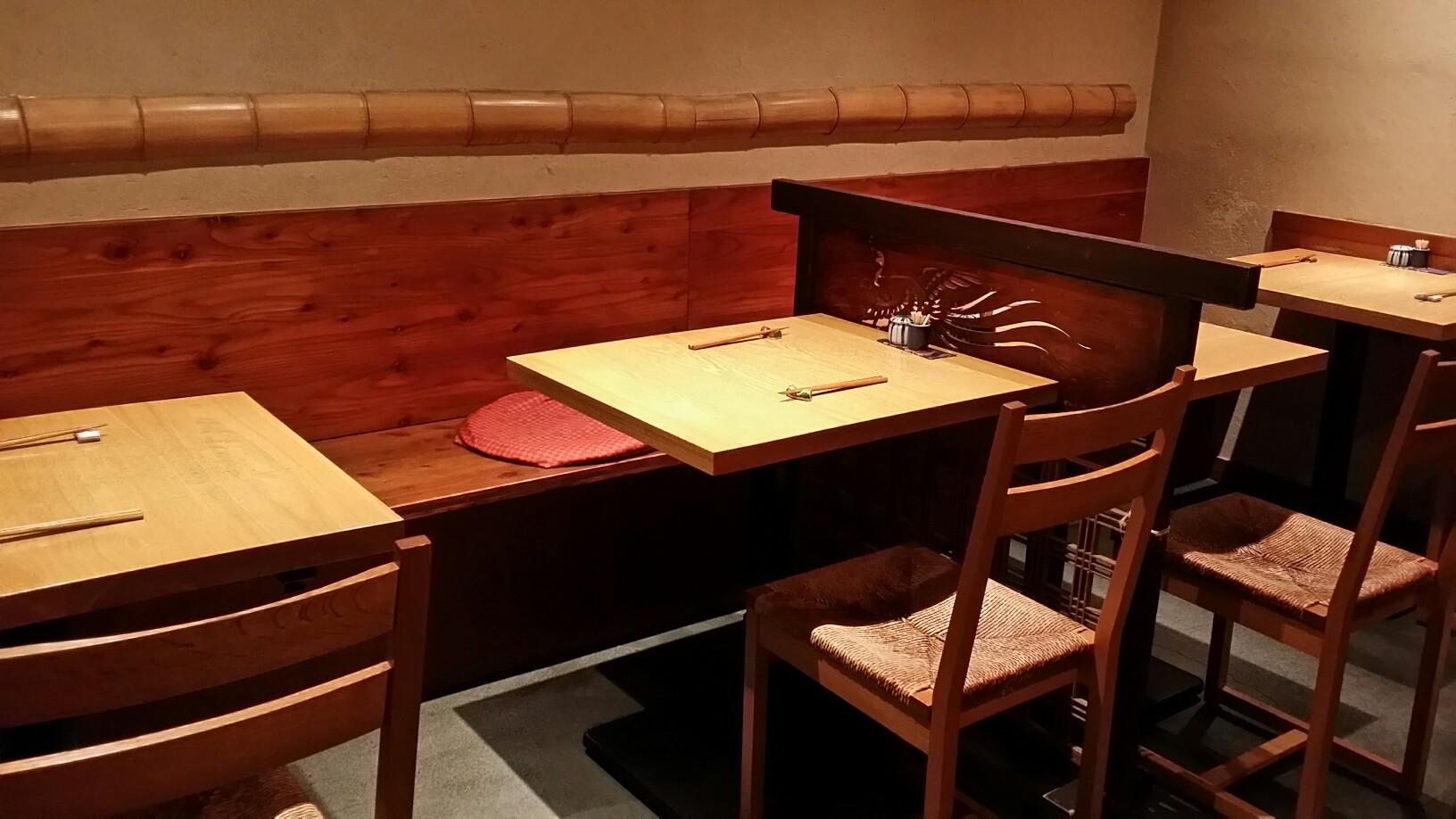 2名テーブルが4つあります 夜は8名様以上でご予約いただきますと、貸し切り(コース料理限定)で承ることができます。