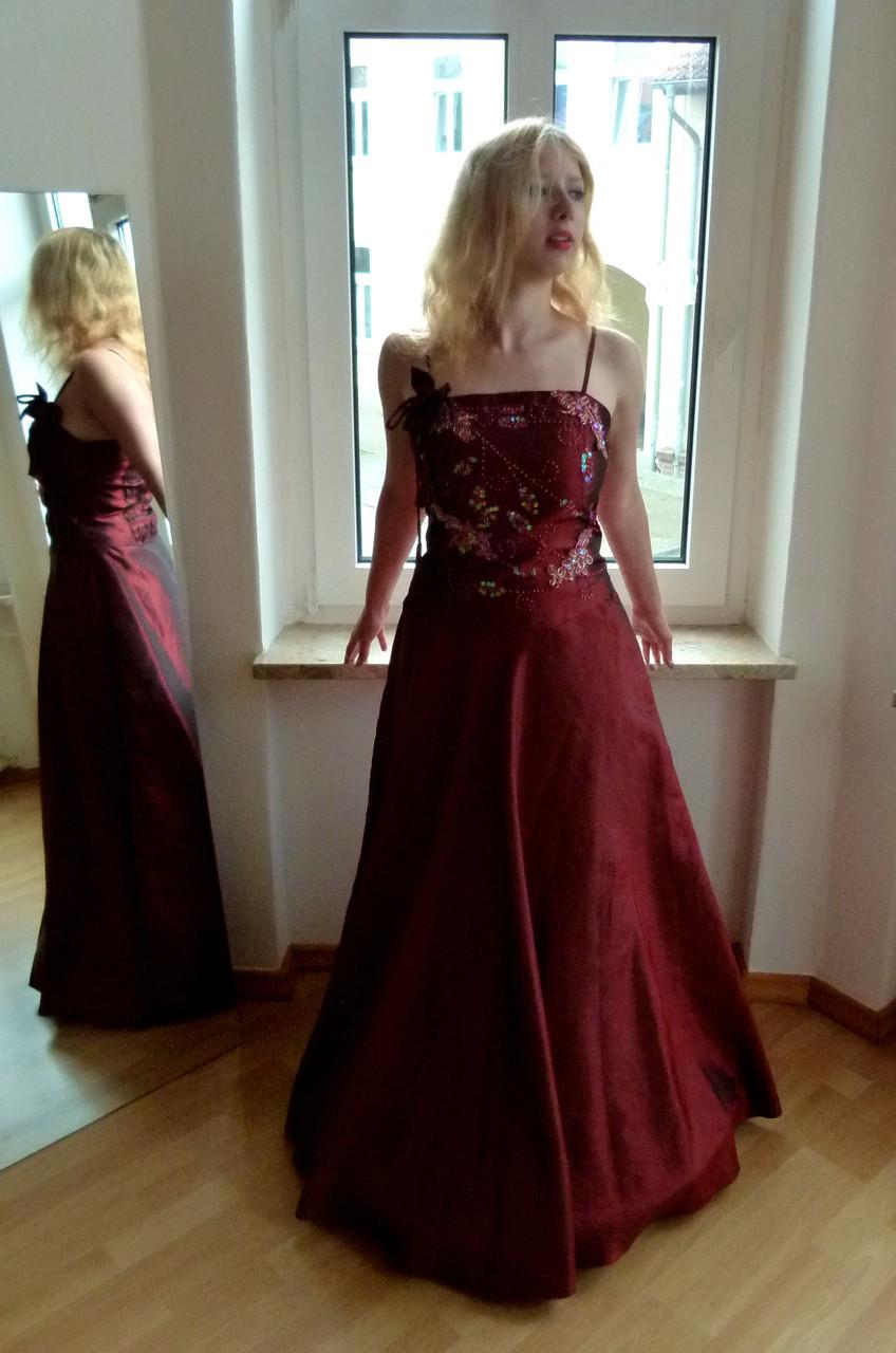 Zweiteiliges Abendkleid in schimmerndem dunklem Rot, bestehend aus Corsage und weitem Rock mit vielen schönen Details - neu mit Herstelleretikett - nur 36,50 € inkl. Versandkosten