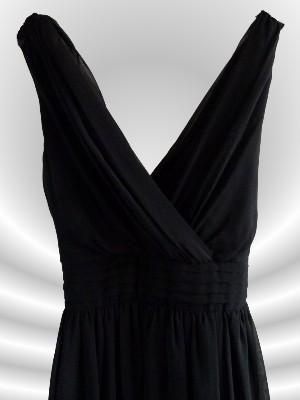 Tiefer V-Ausschnitt: Durch das weich-fallende Material für so ziemlich jede Oberweite geeignet - Kleid vonMore & More -UVP:79,95 € - bei uns nur 38 inkl. Versandkosten €!