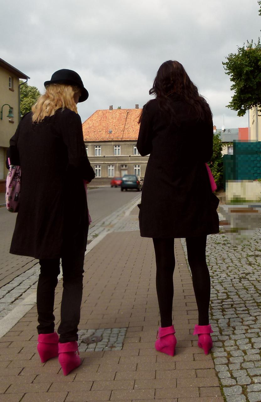 Cardigans in schwarz und Keilstiefeletten in pink,