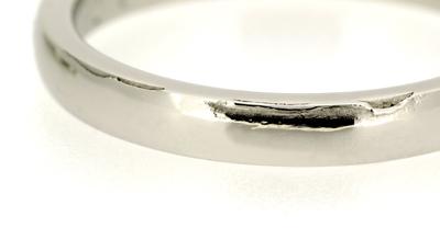 フルオーダーマリッジリング(結婚指輪)完成写真、男性用リングにあえて残された鋳造工程の痕