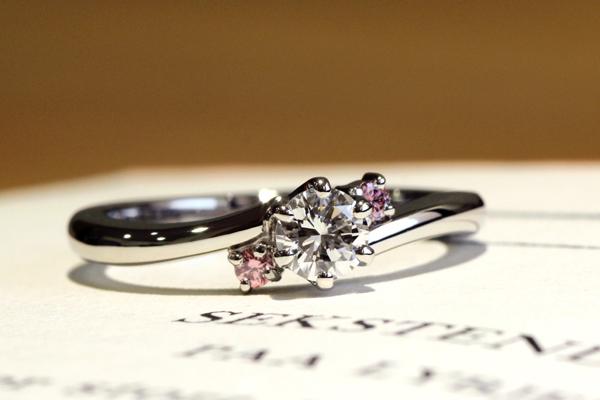 リフォームエンゲージリング(婚約指輪)完成写真、プラチナ900・甲丸・光沢仕上げ・ダイヤモンド・天然ピンクダイヤモンドメレ