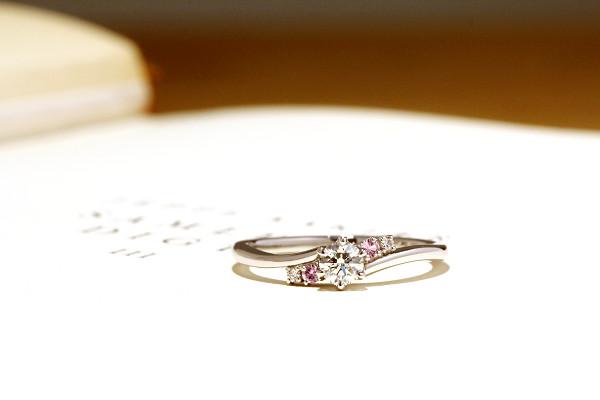 フルオーダーエンゲージリング(婚約指輪)、プラチナ900・ホワイトダイヤ・ピンクサファイヤ
