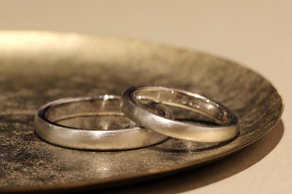 フルオーダーマリッジリング(結婚指輪)完成写真、プラチナ900・ストレート甲丸リング・つや消し加工