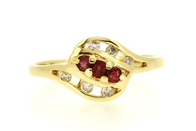 18金色ーゴールド・ルビー・ダイヤモンドリングの石留め修理後、ルビー1石を留め直しと全体的に傷を磨き直し