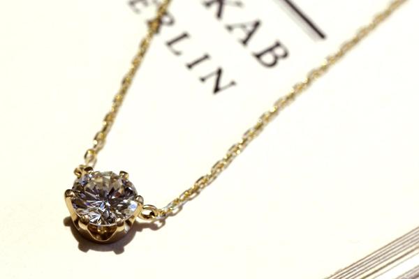 一粒石ダイヤモンドペンダントのバリエーション、18金イエローゴールド(つや消し)、六本爪