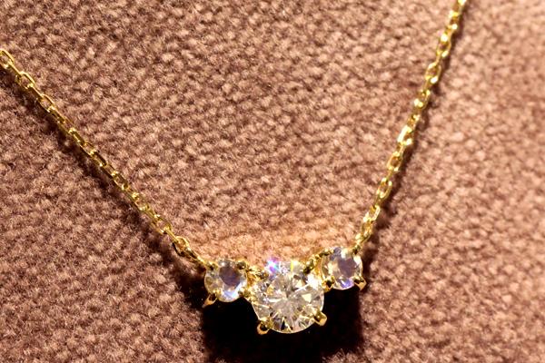 18金イエローゴールドとダイヤモンド、ムーンストーンを使ったフルオーダーペンダント完成写真