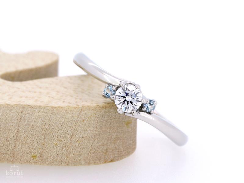誕生石のブルートパーズをあしらったエンゲージリング(婚約指輪)