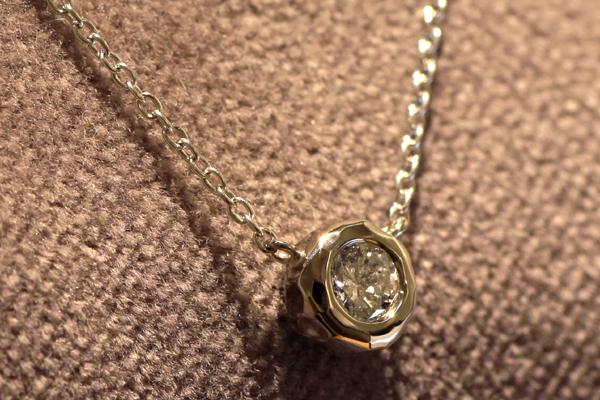一粒石ダイヤモンドペンダントのバリエーション、18金ホワイトゴールド、槌目デザインフクリン枠