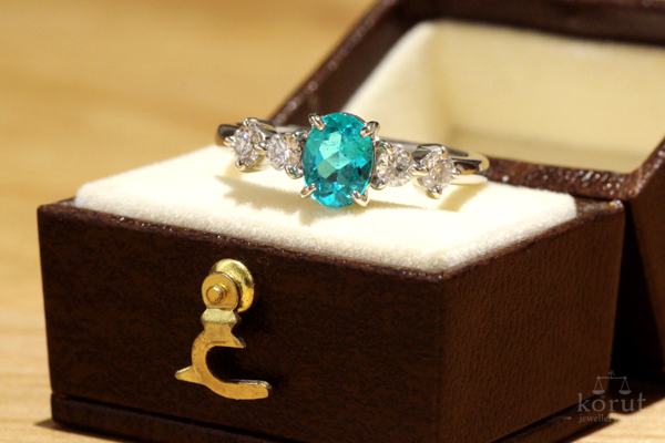 パライバトルマリンのエンゲージリング(婚約指輪)