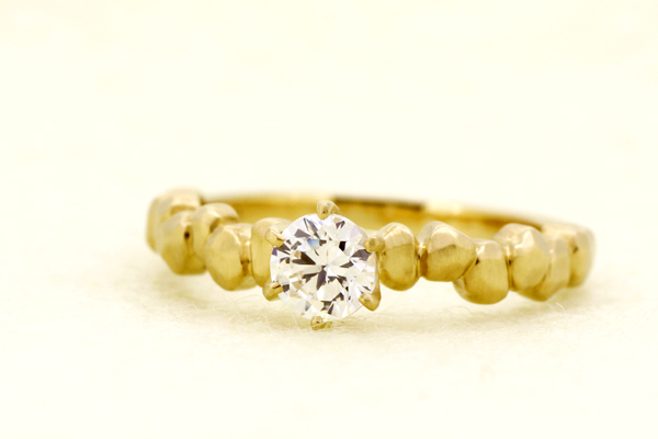 オリジナルブランドkorutの18金イエローゴールド製ダイヤモンドエンゲージリング(婚約指輪)完成写真