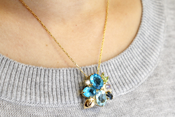 リフォーム後の18金イエローゴールド・各種色石を使った紫陽花とカエルモチーフのペンダント着用写真