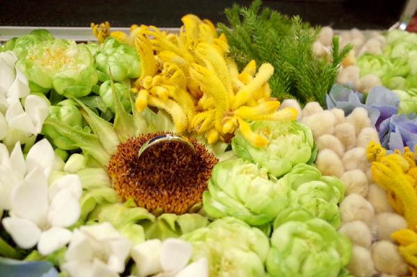 サプライズのプロポーズのために用意されたエンゲージリング(婚約指輪)、アルミのアタッシュケースに収められたお花とリング(アップ)