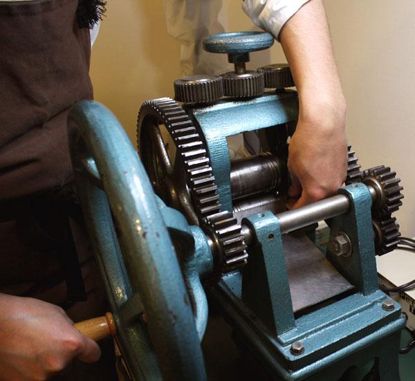 ジュエリー工具の紹介、地金を圧延するローラー